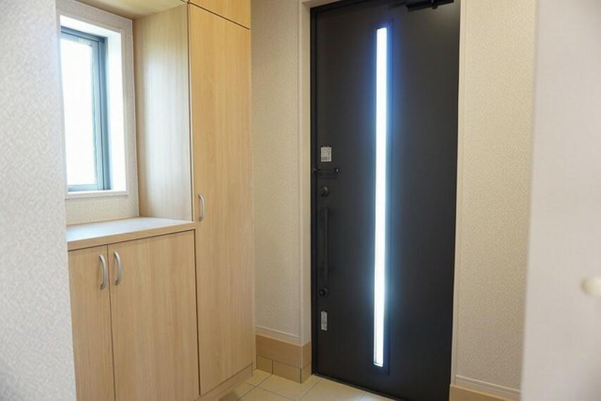 玄関 同仕様写真 採光も考えられた明るい玄関です。TVインターホンが装備されているので、セキュリティーも安心。