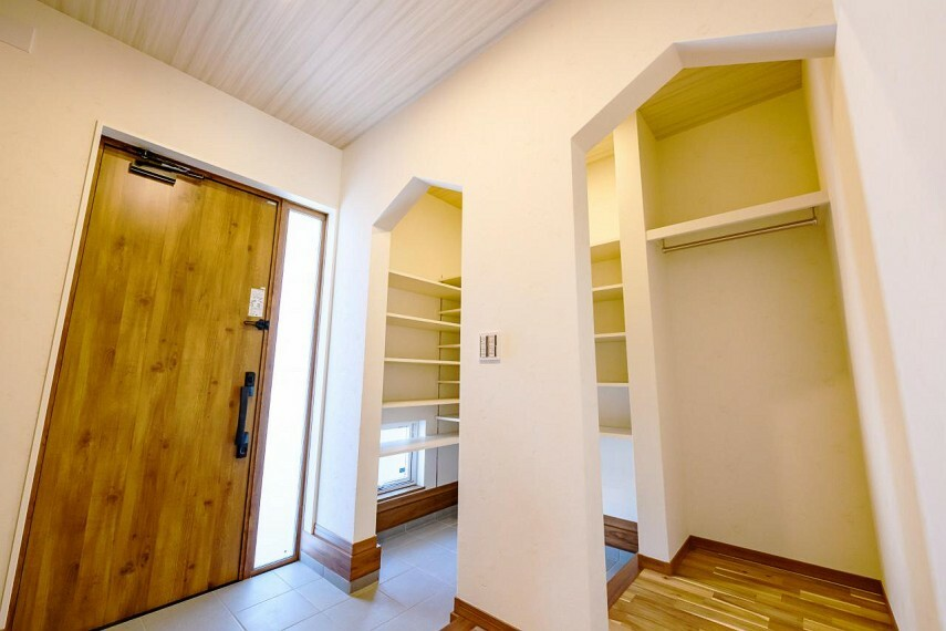玄関 【C号地 シューズインクローゼット】玄関が2WAYになっており、家族用の入り口には、ウォークスルークローゼットがあり、機能的な構造になっています。
