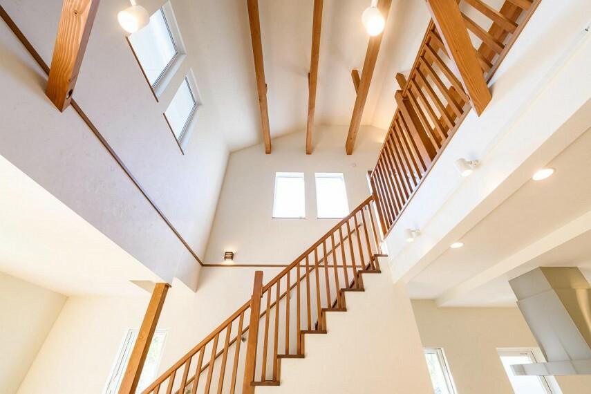 居間・リビング 【C号地 吹き抜け&リビング階段】リビング階段と吹き抜けを組み合わせることで、より開放的でおしゃれな空間を演出できます。2階へ上がるのにリビングを通ることで自然と家族間のコミュニケーションが増えます。