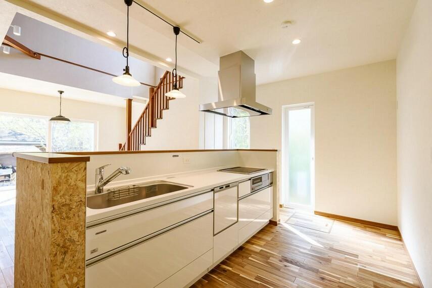 キッチン 【C号地 キッチン】〈アイランドキッチン〉回遊性のあるゆったりとしたキッチン。家族みんなで料理ができたり、家事動線もスムーズ。