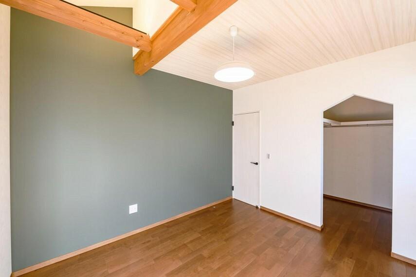 寝室 【C号地 主寝室】主寝室には衣類から小物類、季節のアイテムまで機能的に収納できるウォークインクローゼットを設置。