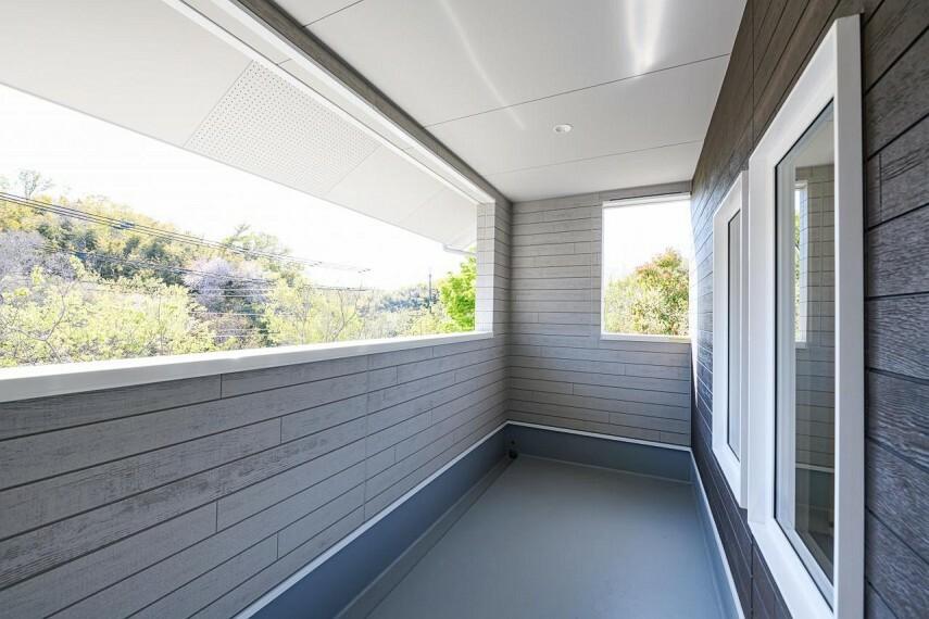 バルコニー 【C号地 バルコニー】廊下から出入りできて家族みんなが使えるバルコニー。屋根のあるテラス仕様で雨の日でも快適です。