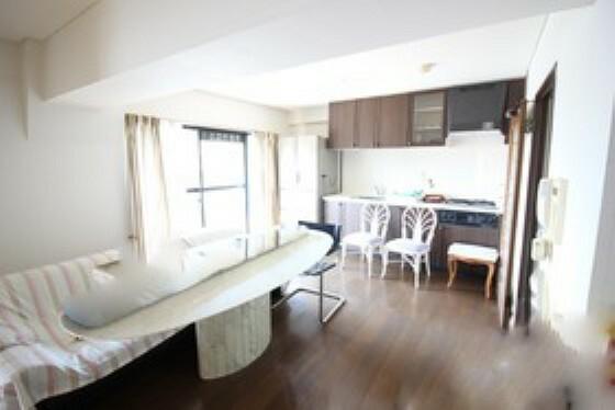 居間・リビング リビングと和室は隣接しており、一体化して広々使うこともできます。