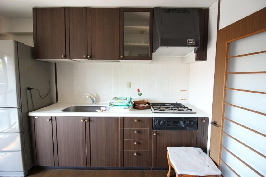キッチン 大容量収納のあるキッチン  調理スペースも広く、二人で並んでお料理も楽しめます。
