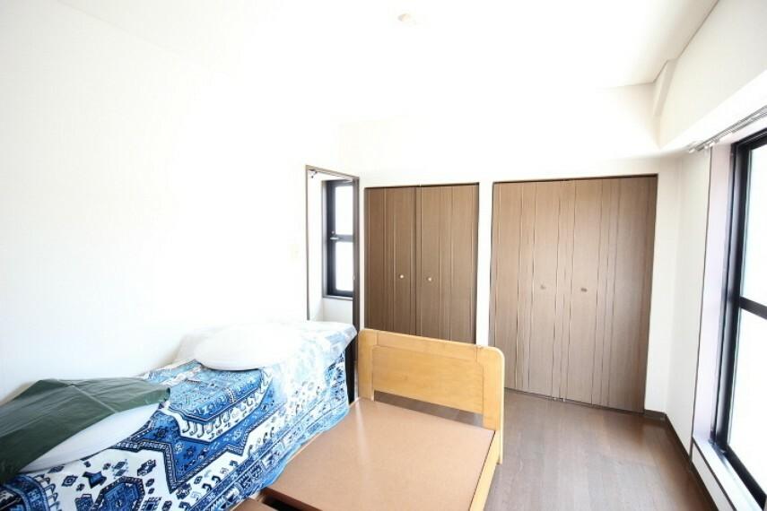 洋室 東側洋室。朝日が入るので気持ちよく起きられるお部屋です。