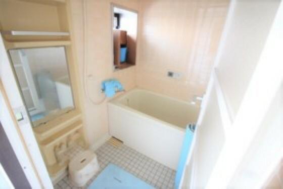 浴室 窓付きの浴室。換気もしかっりとできるので、湿気もこもりにくいです。