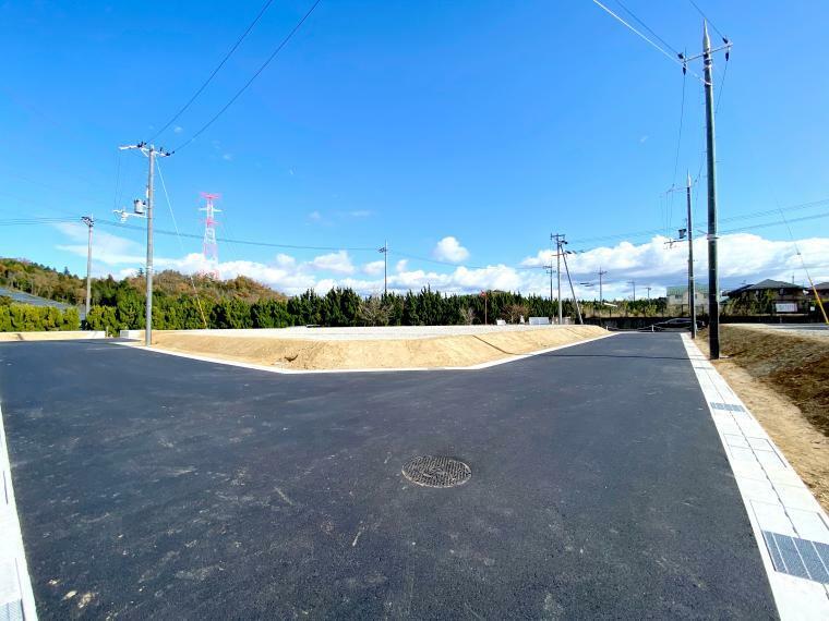 現況写真 【ル・メイユールヴィレ水口東】 分譲地内道路(7・8号地前付近)からの様子です