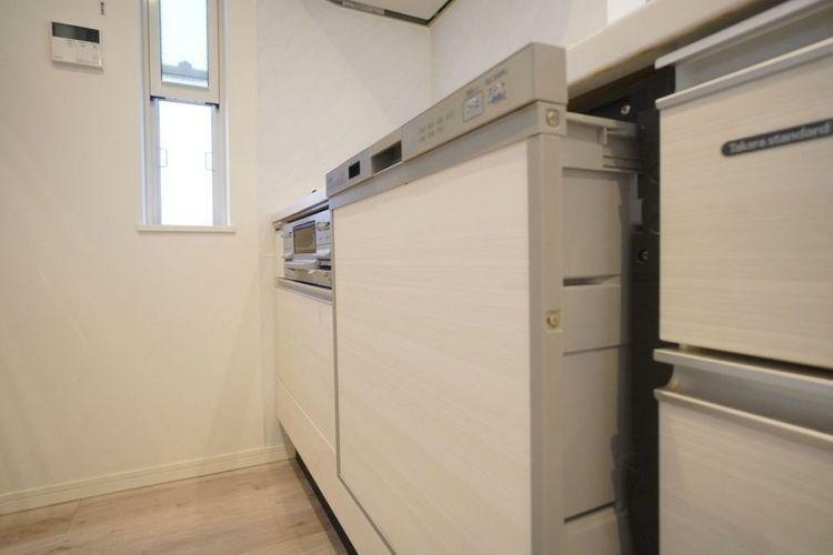 キッチン 食洗機付きのシステムキッチン。家事がはかどりますね。