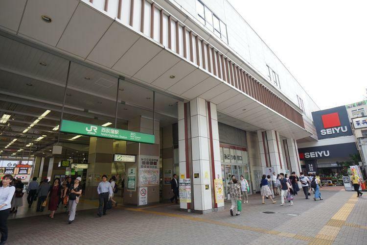 西荻窪駅(JR 中央本線) 徒歩13分。「西荻窪駅」の改札を出るとスグに「紀伊国屋」と「生鮮食品は24H営業の西友」があります。西友は一階のみですが、その分商品を探しやすく日用品も豊富に揃います。