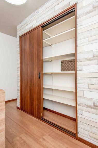 同仕様写真(内観) 【キッチン可動棚】※掲載中の仕様・設備写真は弊社新築戸建の同仕様写真です。ご参考としてご覧ください。