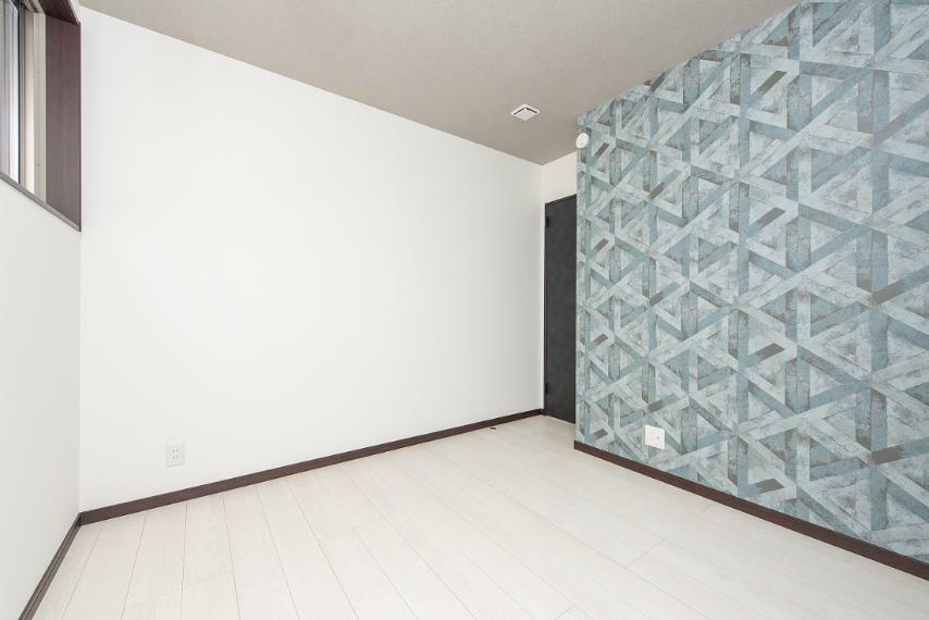 同仕様写真(内観) 【洋室】ホワイトを基調にアクセントクロスでオシャレ度が一気に増しました!家具の色味も選ばないので、お好みの感じで楽しめそうです!