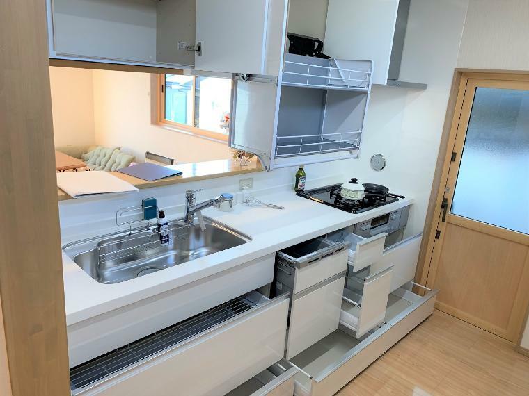 ダイニングキッチン 収納+可動式の棚で手の届きにくいところにも収納でき、取り出しも簡単になりました。