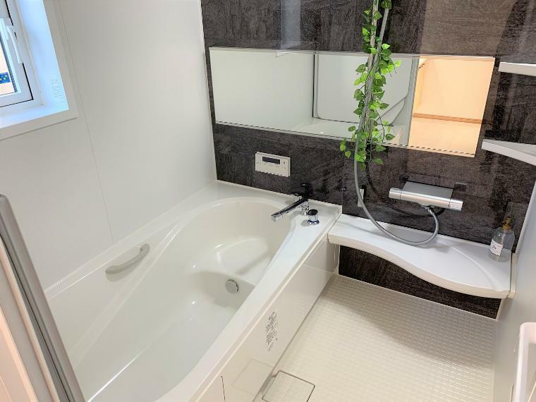 浴室 1坪以上の広々浴室。棚もついていてシャンプー類の整頓も簡単にできます。