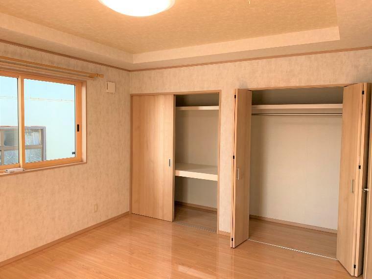 寝室 広々主寝室。収納も大きく、季節ものでうまく分けられます!!