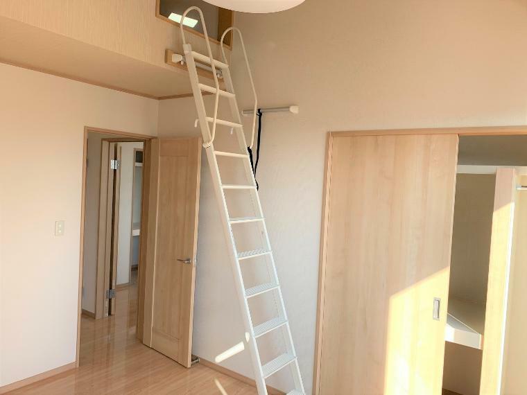洋室 ロフト+収納付きの洋室A。日当たりの良い2階の真ん中のお部屋。