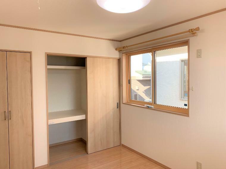 洋室 収納付きの6帖の洋室B。収納が2つついていて使い勝手はとても良いお部屋です。