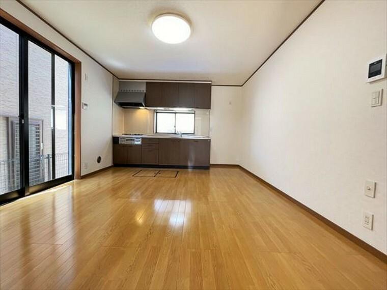 ダイニングキッチン リビングは家具の配置も思いのまま。自由度が高い設計です。