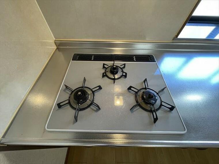 キッチン 3口のガスコンロで、お料理はよりスピーディーに。