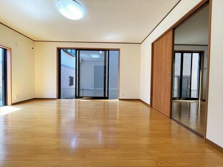洋室 たっぷりの陽光と、心地よい風が舞い込みます。