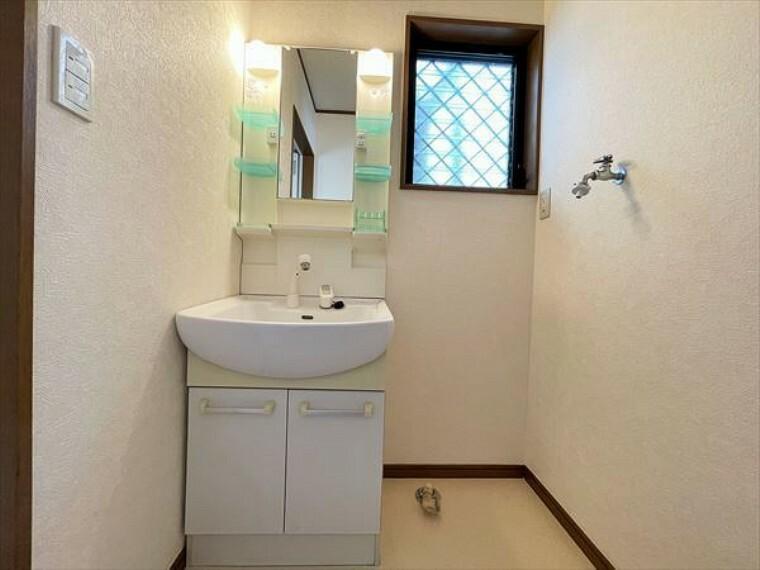 洗面化粧台 たっぷりの収納を設けたシャワー付洗面台で快適な暮らし。