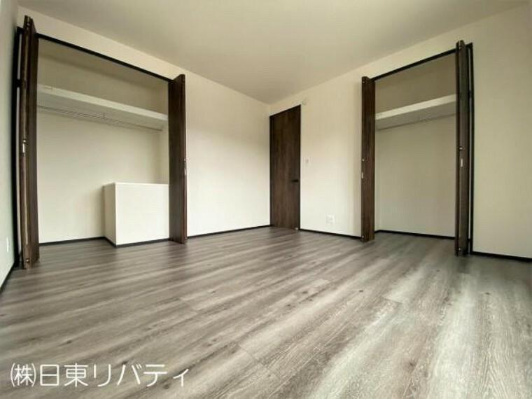 寝室 主寝室にはクローゼットが2か所あります。