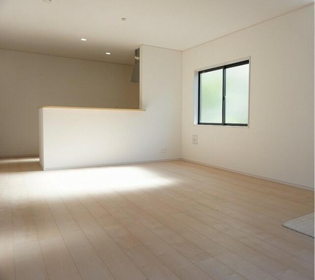 居間・リビング 同仕様写真。リビングは広々とした設計で、家族が集い、寛ぐ暮らしの空間を演出しています。