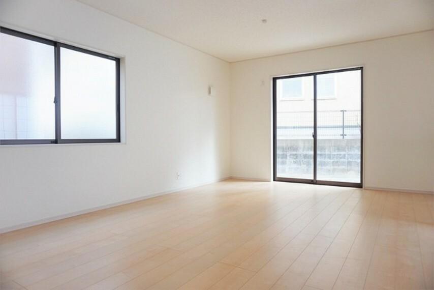居間・リビング 同仕様写真。大きな窓のあるリビングは、陽光あふれる明るい空間です。居心地良く、ご家族皆がゆったり寛げる憩いの空間となりそうです。