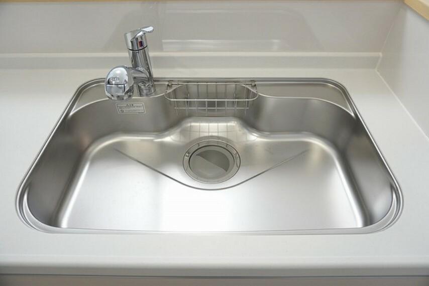 キッチン 同仕様写真。広々とした凸型シンクに洗剤ポケットを標準装備。大きなお鍋など洗いやすいです。洗剤や石鹸、スポンジもすっきりできる収納付き。