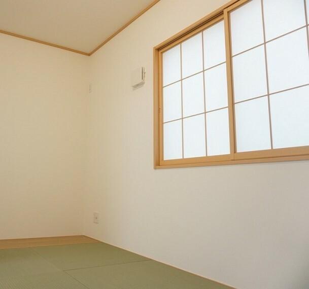 居間・リビング 同仕様写真。リビング隣には、ホッとできる和室を用意。お子様のお昼寝スペースや書斎としてなど、いろいろとお使い頂けます。