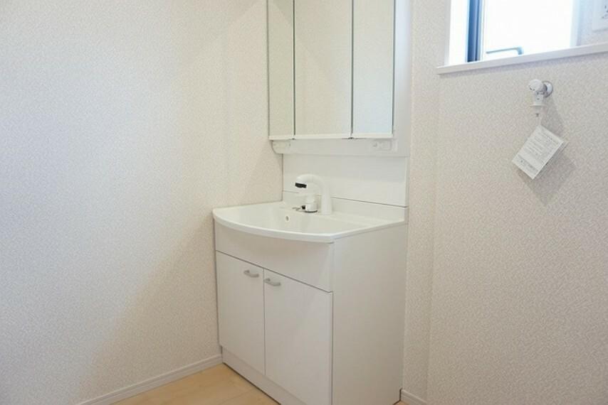 洗面化粧台 同仕様写真。ミラー扉の内側が収納スペースになっています。ティッシュBOXも収納可能。可変トレイは、収納物に応じて高さの調節が可能。取り外して洗えるので清潔です。
