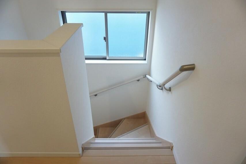 同仕様写真。採光も十分に計算された、手摺付き階段部分です。勾配も緩やかに設計されており、安全性も重視。
