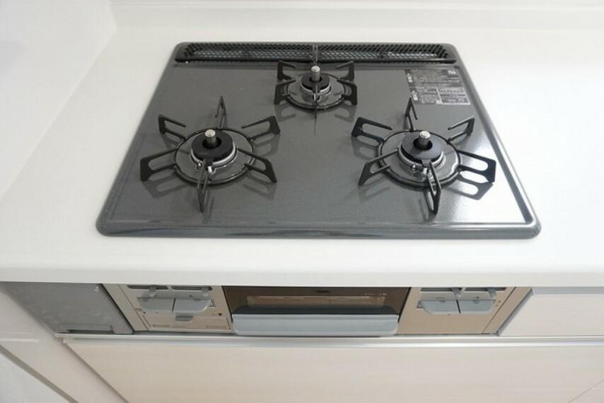 キッチン 同仕様写真 3種類の料理が同時に調理できる、3口ガスコンロ。忙しい夕食の支度時間が短縮できて嬉しいですね。