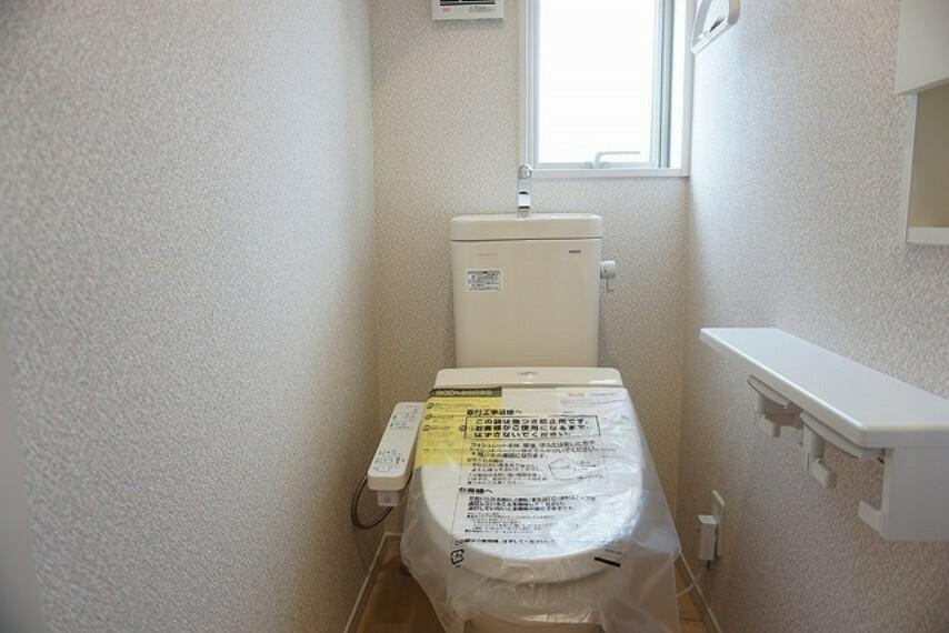 トイレ 同仕様写真 温水、暖房、ウォシュレット付の高機能トイレ。汚れが付きにくく、落ちやすい加工がされており、お掃除もラクラクです。