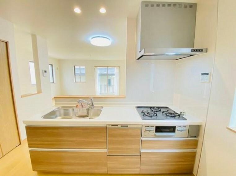 キッチン 人工大理石カウンタートップ・ガラストップコンロを採用しており、お掃除ラクラク。浄水器付きハンドシャワー水栓など、奥様に嬉しい機能がたくさん!