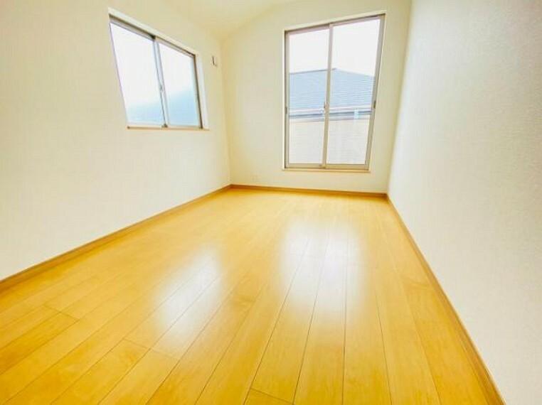洋室 フローリング材には、木目や色調など木材特有の風合いがあり、ナチュラルな美しさで、日々の生活に温もりを与えてくれます。