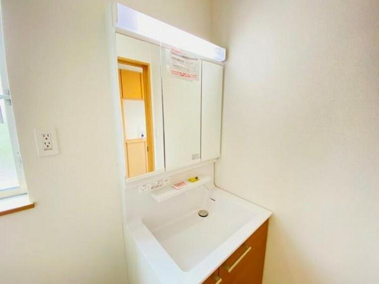 洗面化粧台 ハンドシャワー付き洗面化粧台。曇り止めヒーター付きミラーの内側にはたっぷりの収納がついており、スタイリング剤や歯ブラシなどもたっぷり収納可能です!