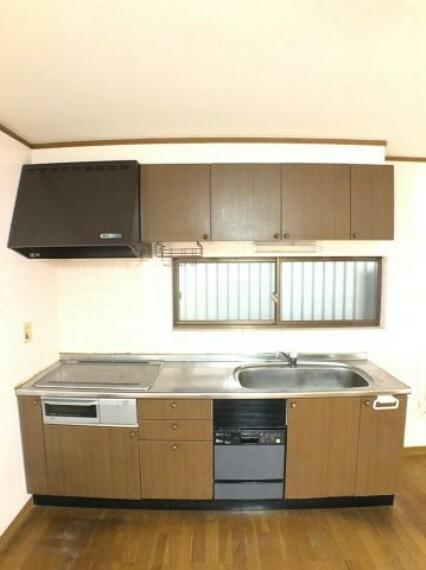 キッチン 壁付けキッチンは空間を無駄なく利用できる優れた間取り。回り込んで作業をしなければならないカウンターキッチンの煩わしさがなく、動線がスムーズです。