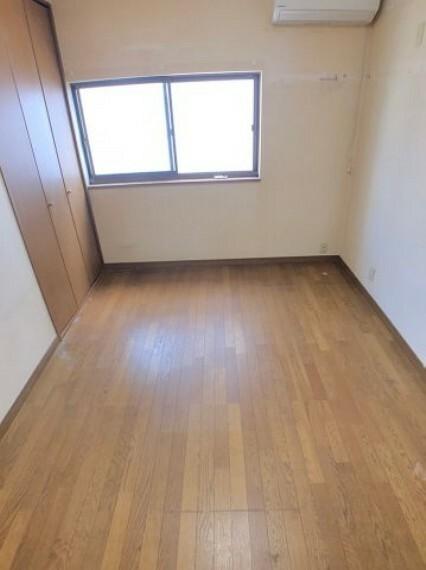 洋室 綺麗に使用されてきた6帖の洋室。4.5帖だと狭い…8.0帖だと広すぎる…ベッドとデスクを置くとちょうど良い広さです。