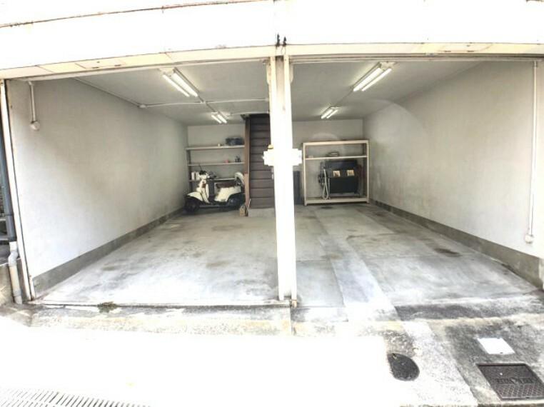 駐車場 趣味の車、バイク好きをとことん楽しめるビルトインガレージ。直接ダイニングにつながる階段があり雨の日も濡れずにお家の中に入れます。