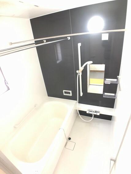浴室 お風呂も大変奇麗で、ゆったりとしたスペースになっており毎日の疲れが洗いながされます。乾燥機付きで、洗濯物が乾きにくい季節も沢山干せるスペースがあり便利です。