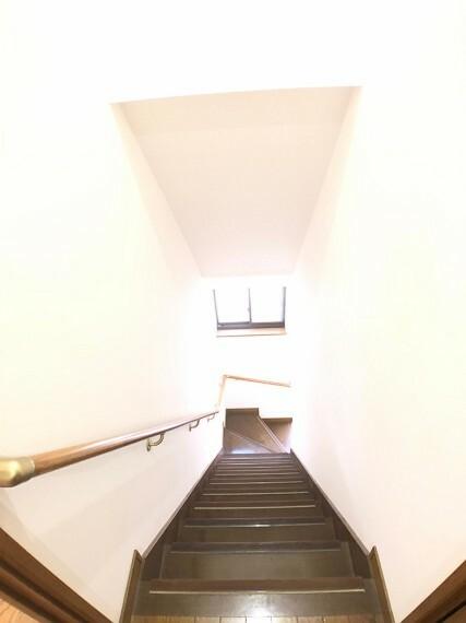 2階から3階に上がる階段。