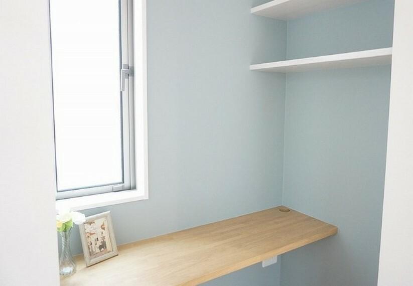 居間・リビング 同仕様写真。スタディーカウンターがキッチンの真横にあり、お子さんのお勉強や、ネット環境設置コーナーとして重宝されそうです。