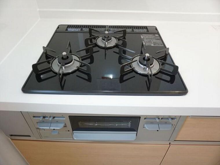 キッチン 同仕様写真。3口コンロなので、効率よく調理ができます。毎日のお料理が楽しくなりますね。