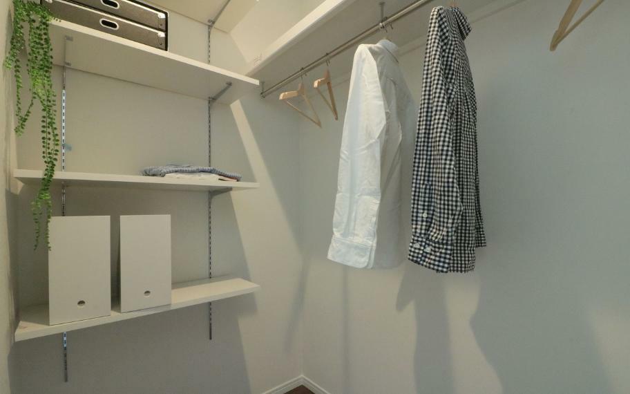 収納 施工例■ウォークインクローゼットのある主寝室はご夫婦でたくさんの洋服をお持ちのご家族にもおススメの間取り配置で、タンスなどの収納家具いらず。ベッドスペースが自然と片付き、ゆっくりと休める空間に。
