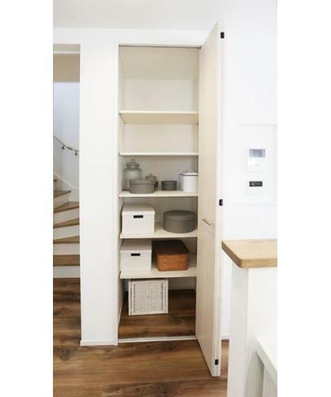 同仕様写真(内観) ■食材のストックや食器を収納できるパントリー!施工例
