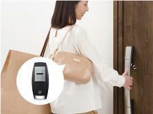 玄関 【スマートコントロールキー】 リモコンをポケットやカバンの中に入れておけば、ドアハンドルのボタンを押すだけでカギを開け閉めできます。
