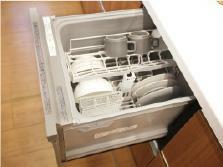 キッチン 【食器洗い乾燥機】 高い水温と強い水圧で汚れをきれいに洗い流します。時間の節約と節水効果も期待できます。