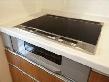 キッチン 【IHクッキングヒーター】 IHクッキングヒーターならトッププレートをサッと拭くだけでお掃除もしやすく快適です。