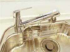 キッチン 【浄水機能付水栓(キッチン)】 ワンタッチで水流調整が可能。浄水器一体型なのでキレイな水をいつでも利用できます。※カートリッジは定期的な交換が必要(有償)