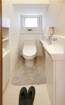 トイレ 【トイレ手洗いカウンター(1階)】 手洗いがしやすく、小物が置けるカウンター付き。季節に合わせて植物や小物を飾るなど、楽しみ方も広がります。